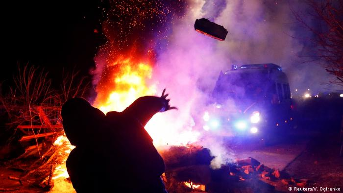 Протестувальники розпалили вогнище та жбурляли в автобуси каміння
