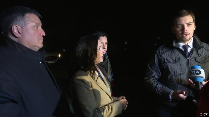 Зоряна Скалецкая, глава МВД Арсен Аваков (слева) и премьер-министр Алексей Гончарук в Новых Санжарах