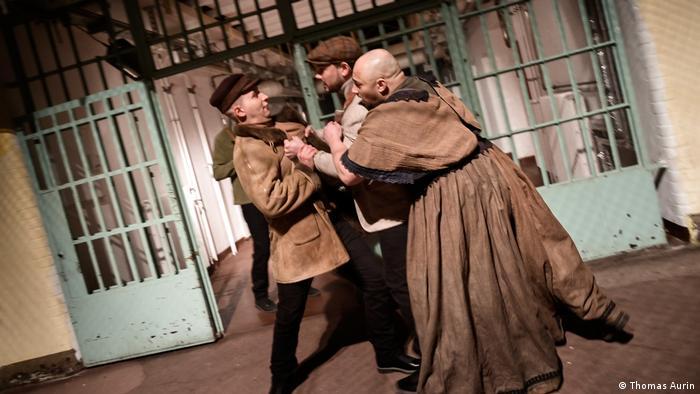 Главна роля в операта Фиделио има преоблечена като мъж жена, която иска да помогне на съпруга си да избяга от затвора