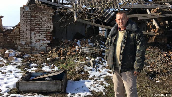 Андрей на фоне разрушенного дома в Пищевике