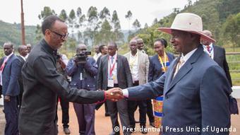 Le président du Ruanda Paul Kagame et son homologue ougandais Yoweri Museveni à la frontière entre les deux pays.