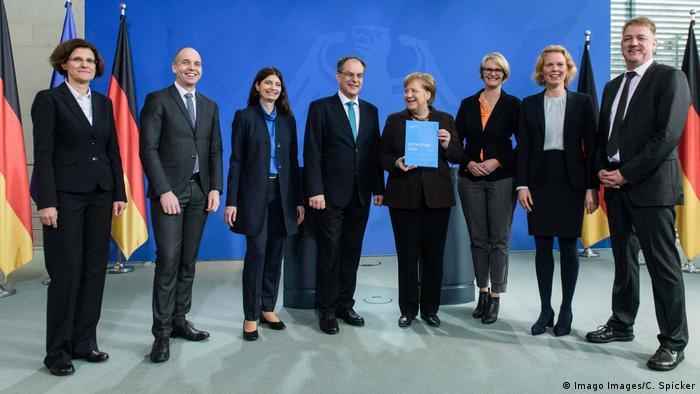Берлин, 19 февраля 2020: экспертная комиссия вручает Ангеле Меркель свой доклад с рекомендациями