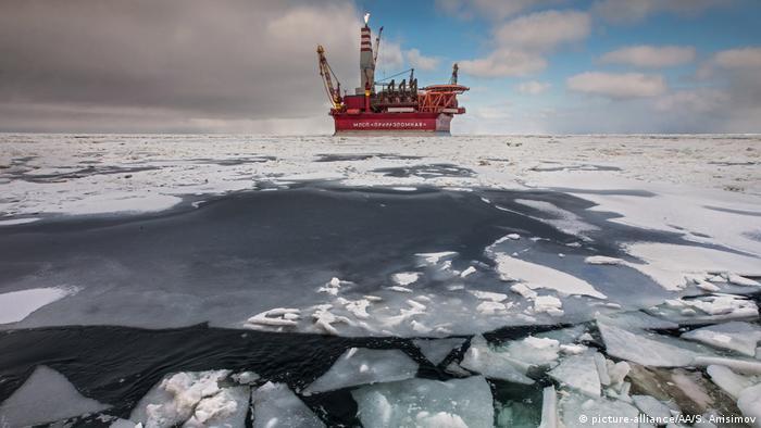 Russische Ölbohrplattform Prirazlomnaya, die gegen Treibeis geschützt ist