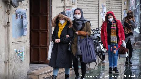 Iran Coronavirus Menschen mit Atemmasken (picture-alliance/Zumapress/R. Fouladi)