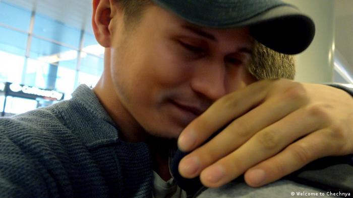 Кадр из фильма Добро пожаловать в Чечню: мужчины обнимаются