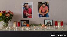 Teelichter, Blumen und Fotos auf einem Tisch im Demokratischen Kurdischen Gesellschaftszentrum in Hanau erinnern an den ermordeten Kurden Ferhat Unvar. Copyright: Helena Kaschel, DW.