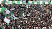 مئات الآلاف من الجزائريين نزلوا إلى الشوارع عام 2019 لحث الرئيس بوتلفيقة على التنحي (أرشيف)