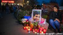 21.02.2020 HANAU, GERMANY - FEBRUARY 21: People gather in front of the Arena Bar + Cafe to commemorate the victims of the recent shooting on February 21, 2020 in Hanau, Germany. On the night of February 19 a local man named Tobias Rathjen shot dead nine people in Hanau before likely turning the gun on his mother and himself. Police suspect a right-wing motive to the crime. (Photo by Thomas Lohnes/Getty Images)