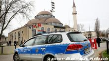 A German police car sits outside a mosque (picture-alliance/dpa/R. Weihrauch)