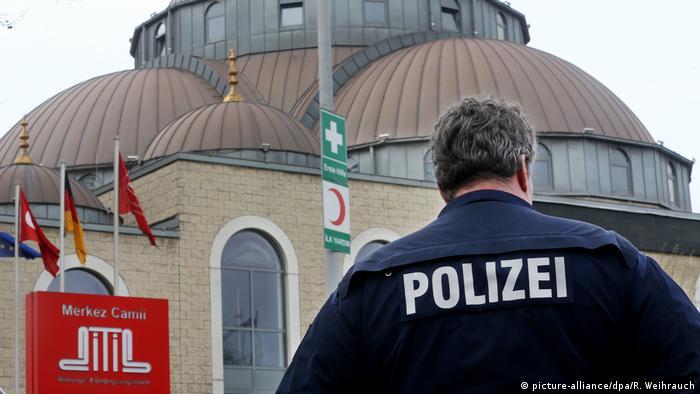 Deutschland Duisburg Polizei sichert Moschee