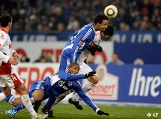 Schalkes Joel Matip köpft den Ball unhaltbar für Kölns Torwart Mondragon ins Tor. (Foto: AP)