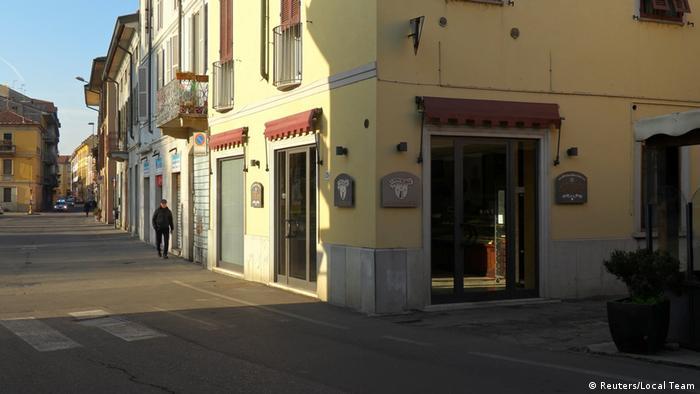 Rua vazia em cidade italiana