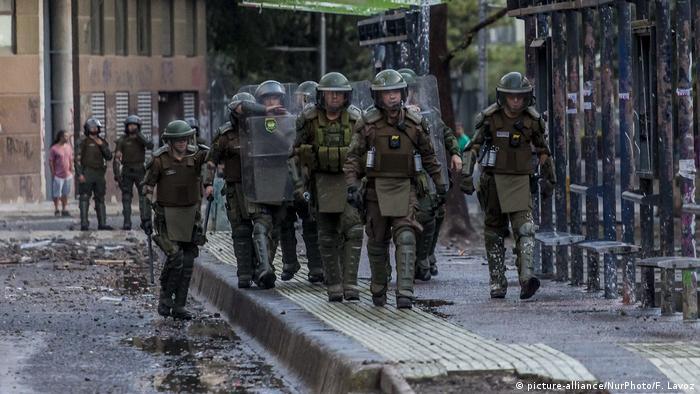 Foto de policías en Santiago de Chile.