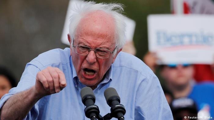 Senador americano Bernie Sanders discursa em comício
