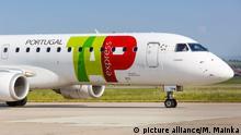 Fluggesellschaft TAP Portugal Express Embraer 190 Flugzeug am Flughafen Stuttgart