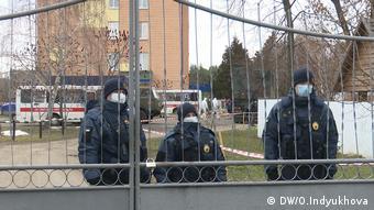 Охорона на вході до санаторії, де утримують на карантині українців, що прибули з Китаю