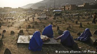Γυναίκες στους τάφους συγγενών τους στα προάστια της Καμπούλ