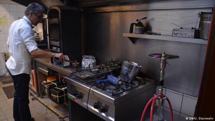 Vorbereitung der Wasserpfeifen-Kohle in der Baba'z-Küche