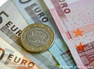 Euro notes and a coin