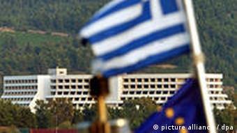 Die griechische und die Europafahne wehen nebeneinander (Foto: dpa)
