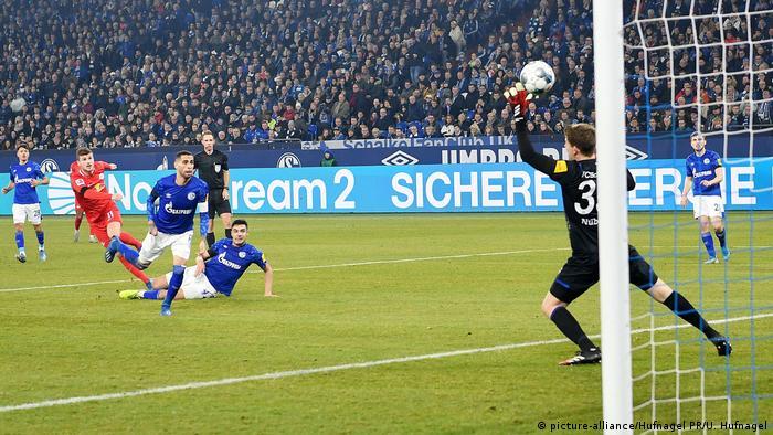 Fußball Bundesliga | Schalke 04 v RB Leipzig | Tor (0:2) (picture-alliance/Hufnagel PR/U. Hufnagel)