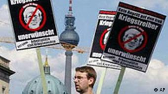 Berlin: Anti-Bush Demonstration vor dem Fernsehturm