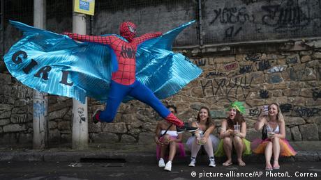 Možda izgleda kao film, ali ipak nije. Ovaj Spiderman je samo običan čovjek u kostimu i ne može da leti. On slavi karneval na ulicama Rio de Janeira. Superheroj sa svjetlucavim ogrtačem sasvim je svjestan pažnje djevojaka u kvartu Santa Teresa, koji je vrlo popularan među umjetnicima i turistima. Karneval se ovdje slavi u gotovo svakom skrivenom ćošku grada - od ranog jutra.