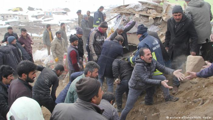 Rescuers and residents search through rubble to find those trapped (picture-alliance/AA/N. Hazar)