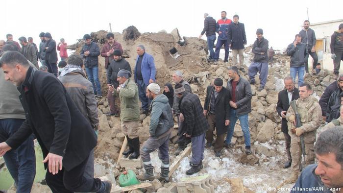 در زمینلرزه چهارم اسفند دستکم هشت نفر در استان وان ترکیه کشته شدند و احتمال میرود چند نفر زیر آوار باشند