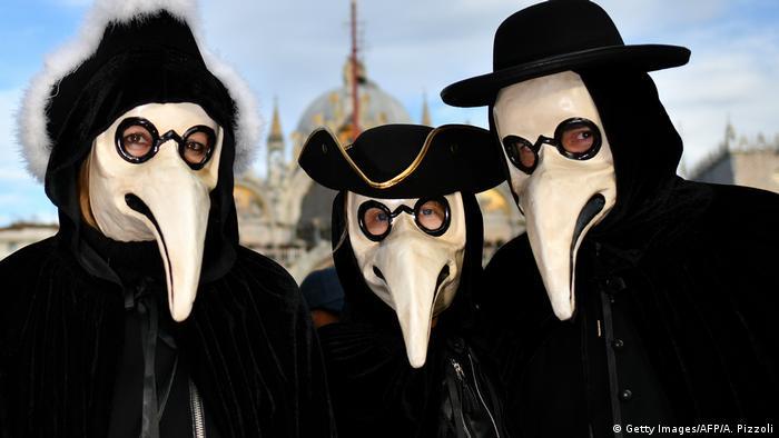 Учасники карнавалу у Венеції
