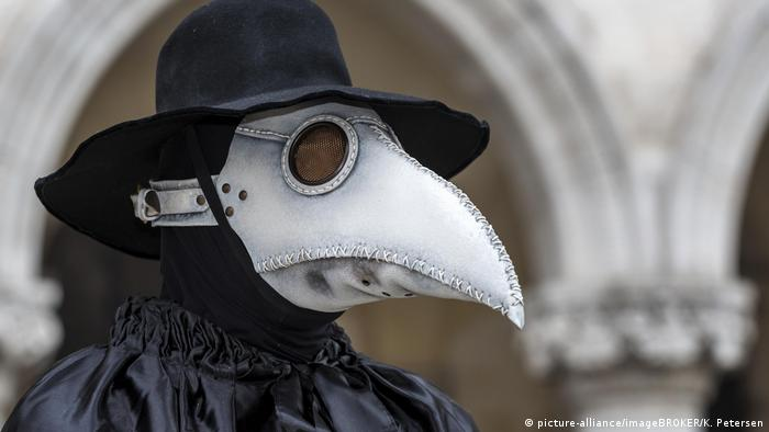 Italien Venedig Mann im Pestarzt-Kostüm (picture-alliance/imageBROKER/K. Petersen)