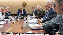 USA Situation Room im Weißen Haus Präsident Trump mit Beratern