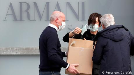 Модната столица Милано се намира само на 60 километра от силно засегнатия град Кодоньо. Миналата седмица там започна прочутата Седмица на модата. Заради коронавируса обаче модна къща Армани представи новата си колекция пред празна зала. Шоуто беше излъчено в интернет, а за служителите бяха осигурени защитни маски.