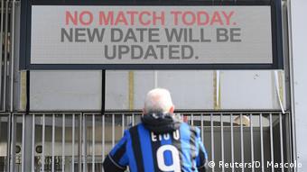 Un tifoso dell'Inter attende ingiustamente i biglietti allo stadio di San Siro