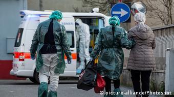 """Autoritățile sanitare din Castiglione D'Adda escortându-i pe părinții """"pacientului zero"""""""