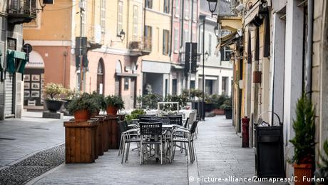 Всички заведения и магазини в центъра на 15-хилядния град Кодоньо са затворени. По улиците почти няма хора. Все още не е ясно как вирусът е бил пренесен в Северна Италия. Премиерът Джузепе Конте обяви, че на първо време карантината ще продължи две седмици. Толкова трае инкубационният период на коронавируса.