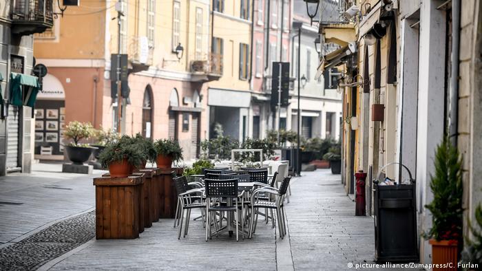Leere Außensitze einer Gastronomie in einer menschenleeren Straße (picture-alliance/Zumapress/C. Furlan)