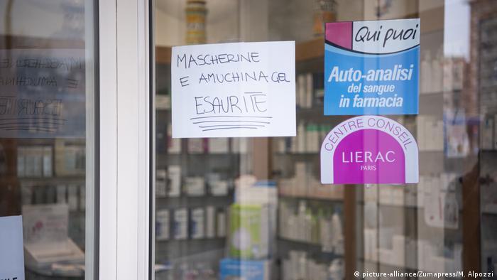 Объявление на двери аптеки в Турине с информацией о том, что защитные маски и дезинфицирующий гель для рук распроданы.