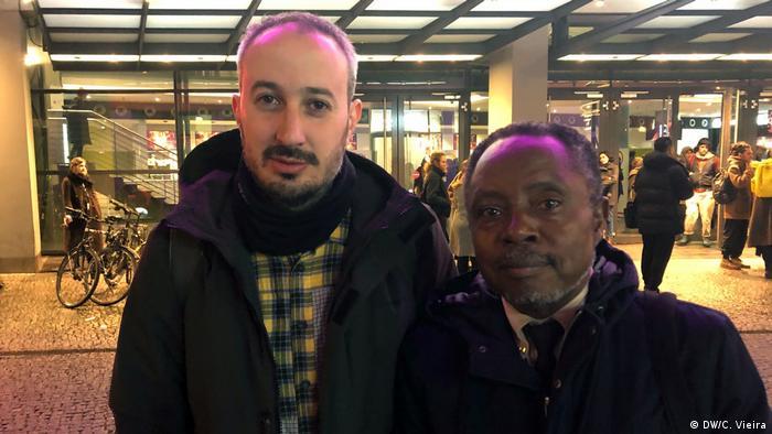 El cineasta español Javier Fernández Vázquez y el escritor Justo Bolekia Boleká, que participó en la película.