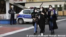 A policeman and pedestrians wear masks to help guard against the Coronavirus, in downtown Tehran, Iran, Sunday, Feb. 23, 2020. On Sunday, Iran's health ministry raised the death toll from the new virus to 8 people in the country, amid concerns that clusters there, as well as in Italy and South Korea, could signal a serious new stage in its global spread. (AP Photo/Ebrahim Noroozi) |