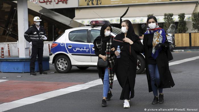 люди в масках від коронавірусу в Тегерані