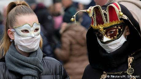Разочарованието е изписано на лицата на двамата маскирани на снимката. Световноизвестният карнавал във Венеция бе предсрочно прекратен - заради опасността от разпространяване на коронавируса.