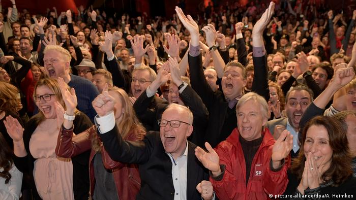SPD members celebrate the party's win in Hamburg (picture-alliance/dpa/A. Heimken)