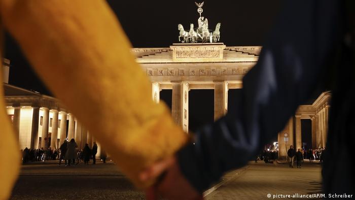 BdTD: Händchen halten vorm Brandenburger Tor