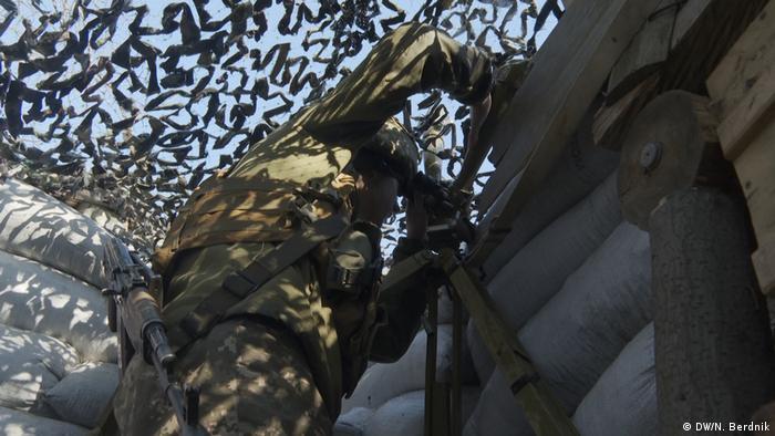 Украинский солдат на линии фронта в Донбассе