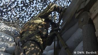 Украинский военный на линии фронта в Донбассе