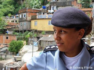 Captain Pricilla vor der Favela Santa Marta (Foto: Solveig Flörke)