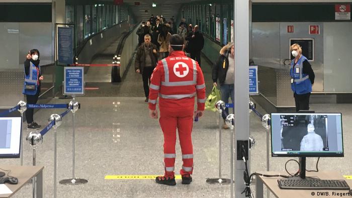 Kontrol temperatur tubuh di bandar udara di Milan, Italia (DW/B. Riegert)