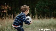Boy playing with a soccer ball (imago/Photocase)