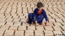 Iran, ein jumges Mädchen arbeitet in der Ziegelei, im Dorf Nomel in der Nähe der iranischen Stadt in der Provinz Golestan Schlagwörter: Iran, Kinderarbeit, children worker, Ziegelei Rechte: Fararu